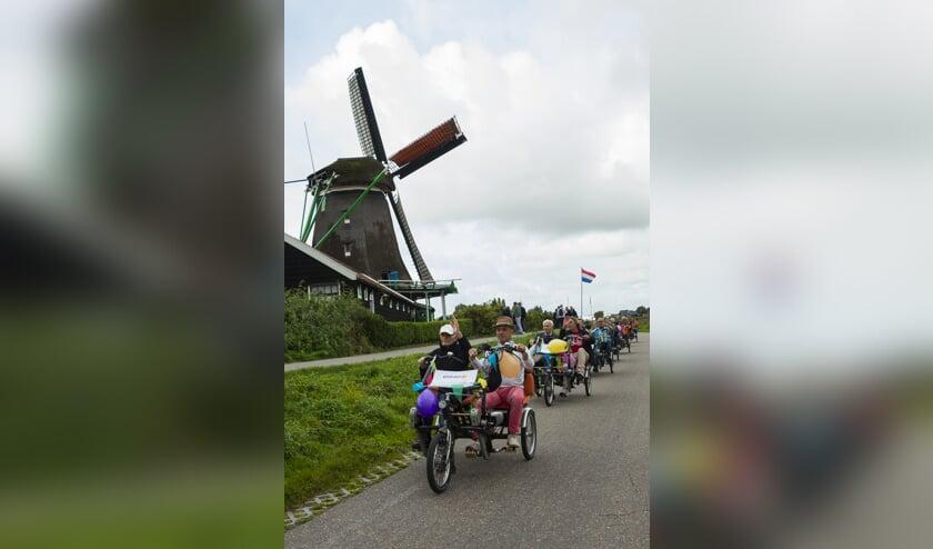 Deelneemers Zaanse duafietsronde fietsen een prachtige route.