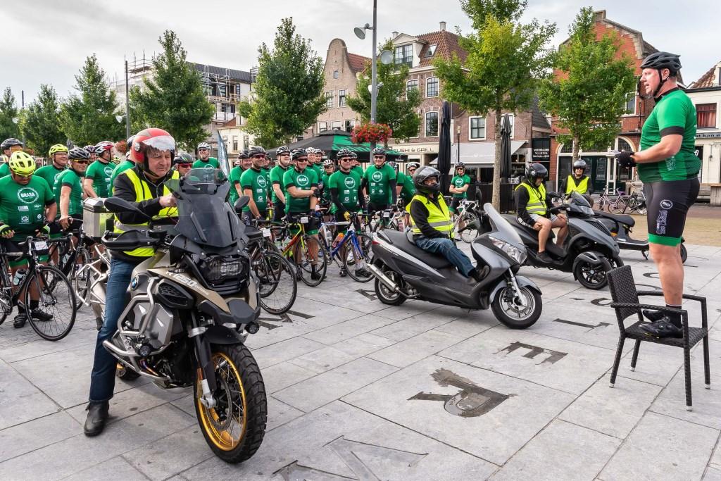 Eigenaar Arwin Versteijne sprak voor de rit zijn 'troepen' toe.  (Foto: Han Giskes) © rodi