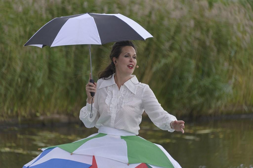 Sopraan Brigitte van Hagen als De Drijvende Diva.  (Foto: Kees van der Veer Hoofddorp) © rodi