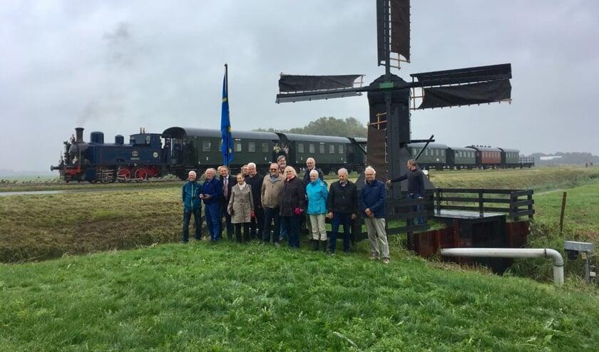 Alle betrokkenen poseren bij de Klikjesmolen in Oostwoud.