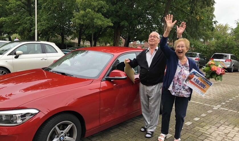 Ad en Frieda met hun nieuwe auto.