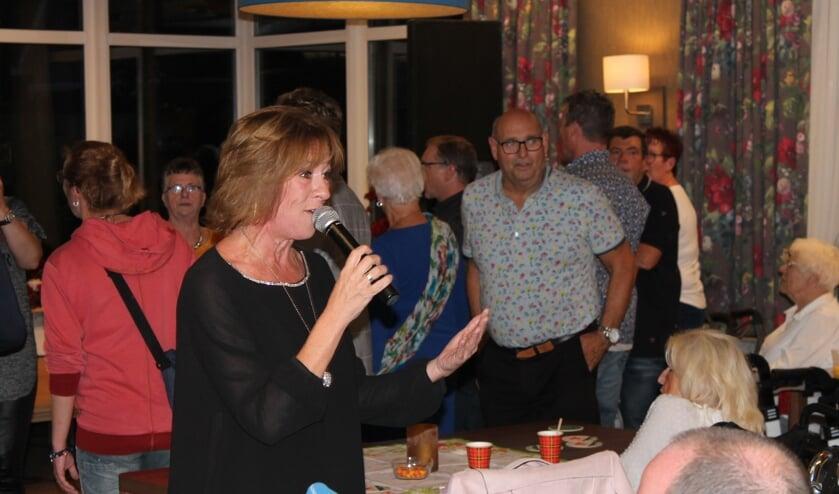 Belangeloos optreden Sandra Swart tijdens benefiet Evean.