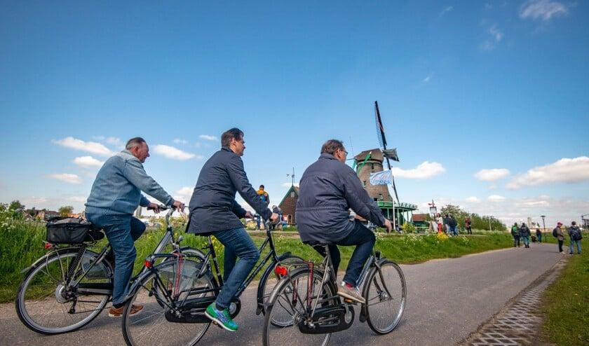 Foto: burgemeester Wormerland Peter Tange, directeur Marketing Zaanstreek Lex Kruijver en directeur De Zaansche Molen Peter-Jan van Steenbergen fietsen als eerste de molenfietsroute.