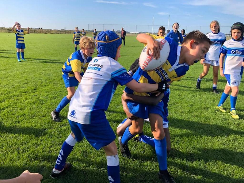 De Hawks mini's strijden tegen AAC om de bal.   © rodi