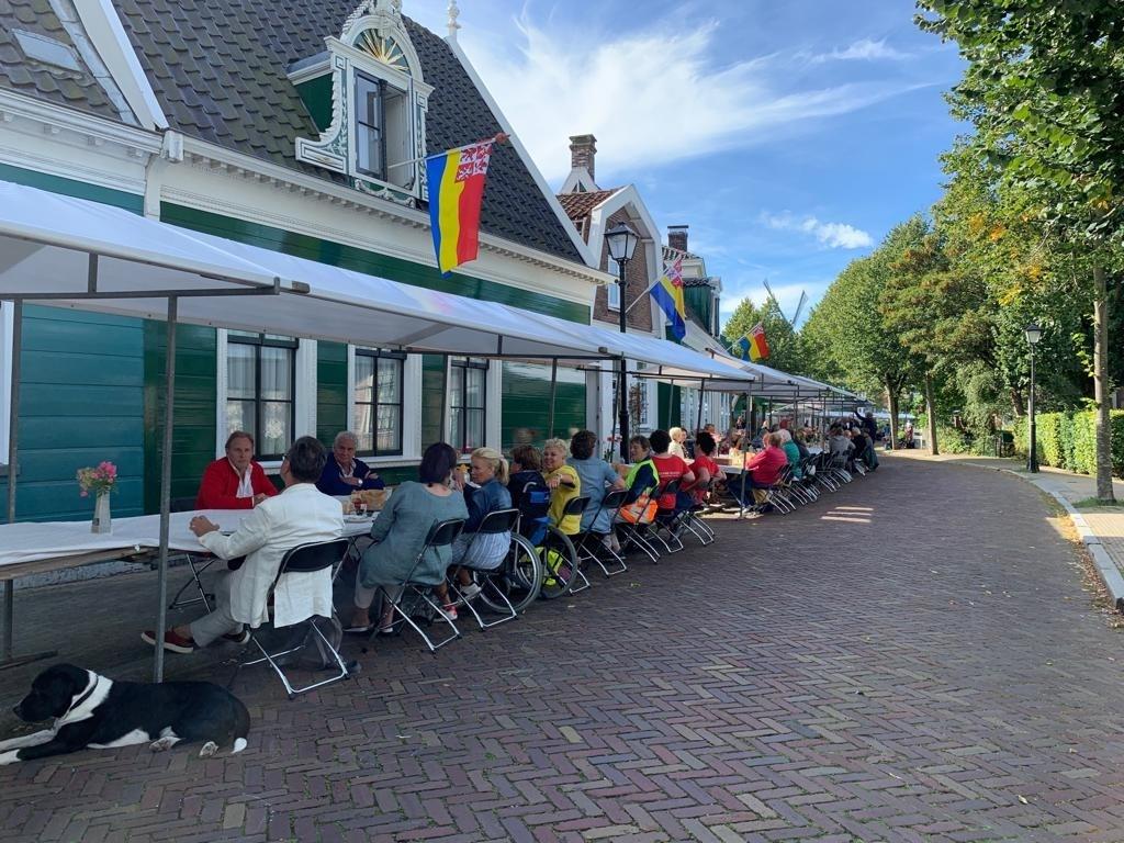 Zaandijk ontbijt met elkaar. (Foto: Yvette van der Does) © rodi