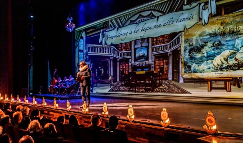 In een spectaculair decor neemt Ad Geerdink zijn publiek mee op een duizelingwekkende ontdekkingstocht door de Gouden Eeuw.