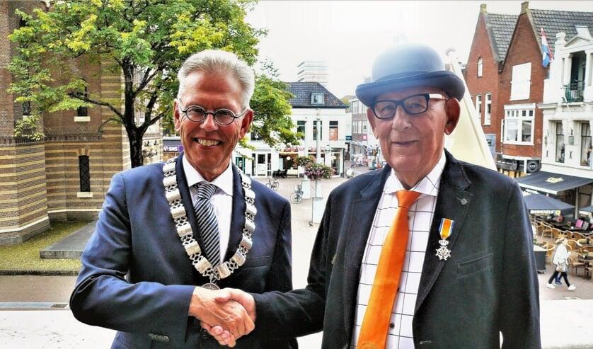 De burgemeester met Jan Kuiper, voorzitter van de nu nog harddraverijvereniging. Per 1 januari 2020 wordt het een stichting.