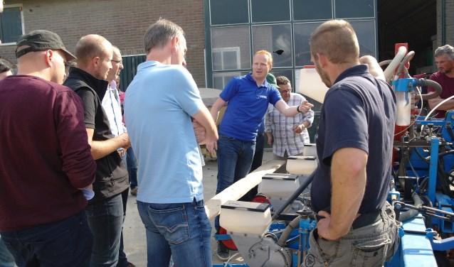 Robert Sleutel van Raven uit Middenmeer legt de werking van de RCM-aansturingsbox uit waarbij per werkgang tot vijf verschillende apparaten kunnen worden aangestuurd.