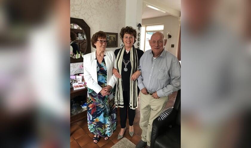 Burgemeester Kompier bracht het bruidspaar dinsdag 3 september een bezoek om hen te feliciteren.