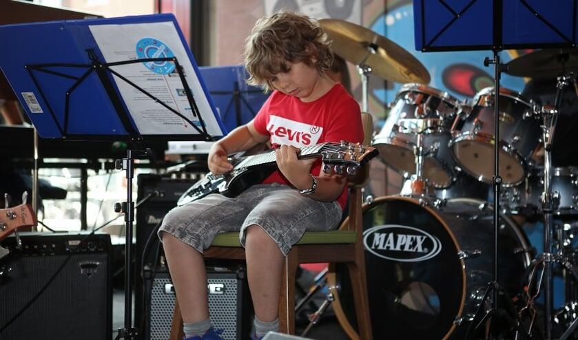 Spelen op een elektrische gitaar geeft wel een beetje een 'popartiest'-gevoel.