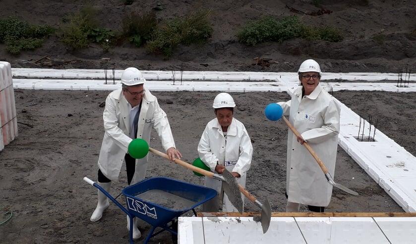 Wethouder Marie-Thérèse Meijs, Ronald Camstra (Directeur Wonen en Vastgoed, Pré Wonen) en bewoonster mevrouw van der Horst startten de bouw.