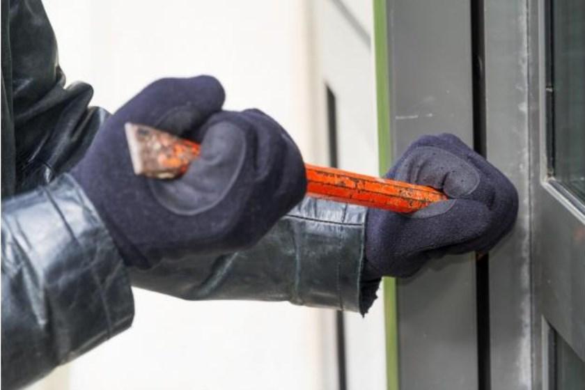 Een inbreker breekt op klaarlichte dag in, in een woning.