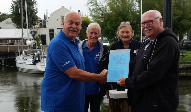 Jack Brakeboer, Kees en Rutie Breebaart, de Medemblikker afvaardiging van het organisatiecomité, overhandigden hun bijdrage graag aan buurman Ton van der Wal op de Oosterhaven.