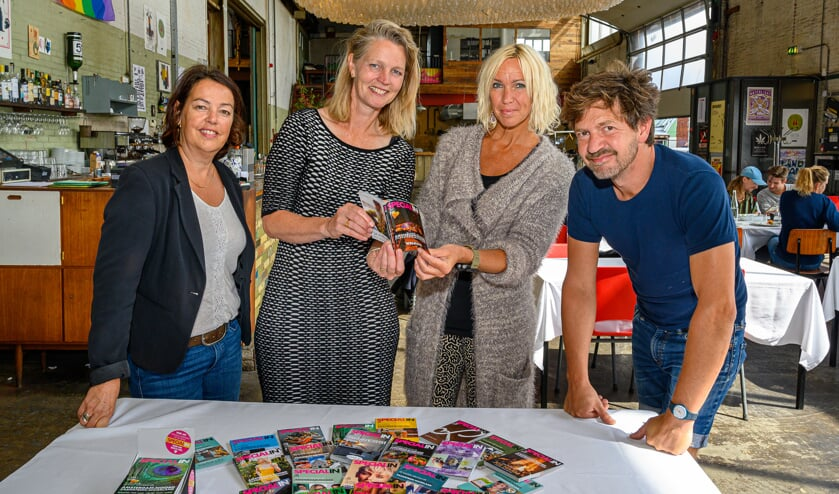 Saskia Groenewoud overhandigt tiende editie ondernemersmagazine.