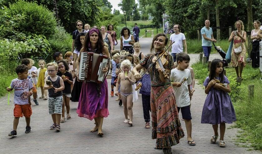 Zingen en dansen door de Tolhuistuin.