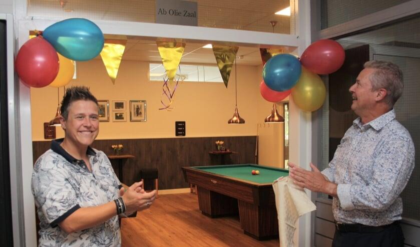 Leonie Olie en wethouder Marcel van Zon openen de nieuwe biljartzaal in De Rekere.
