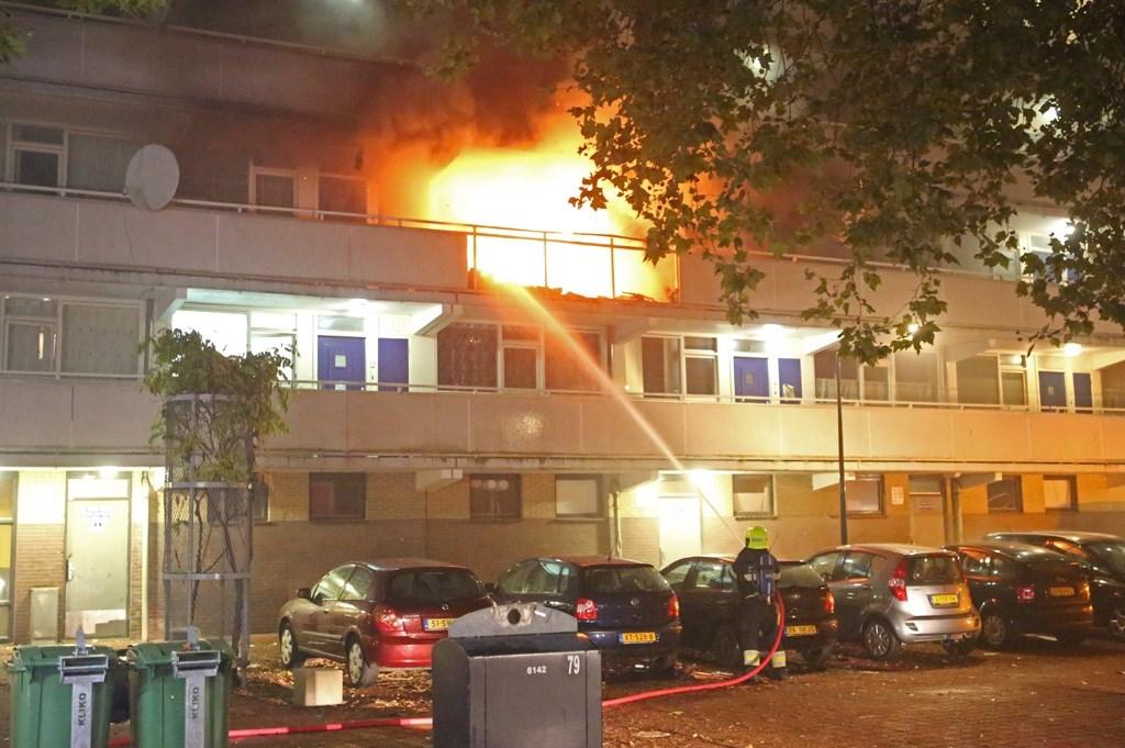 Haarlem - In een flat aan de Rudolf Steinerstraat in Haarlem is woensdagavond een grote brand uitgebroken. Rond kwart voor elf vond er in een woning op de tweede verdieping een explosie plaats waarna er direct een grote brand uitbrak. Veel brandweer, enkele ambulances en de politie kwamen massaal te (Foto: Rowin van Diest) © rodi