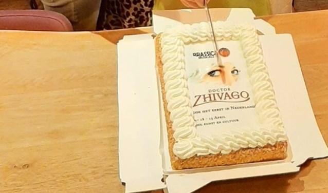 Daphne Dekker (m) snijdt samen met de andere hoofdrolspelers van 'Doctor Zhivago' de taart aan.