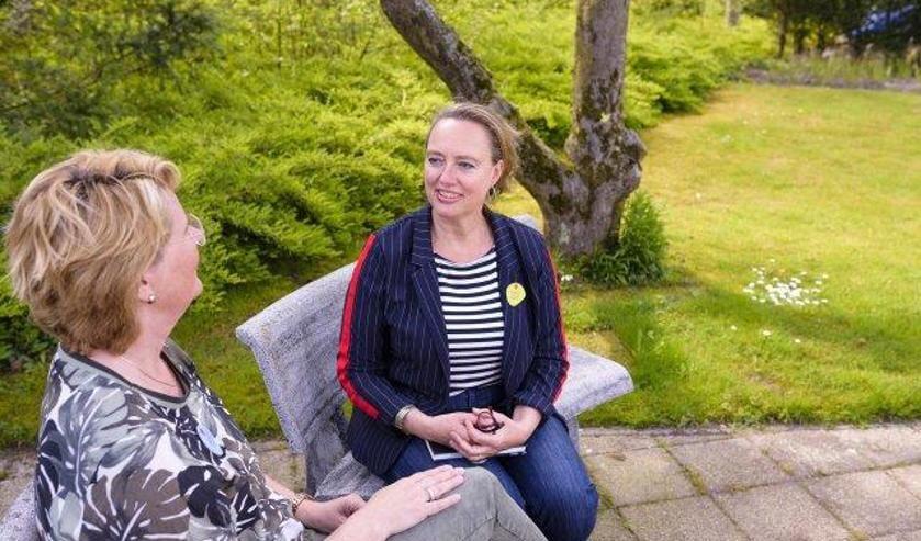 Yvette, coördinator vrijwilligers, in gesprek met zorgvrijwilliger Madalène.