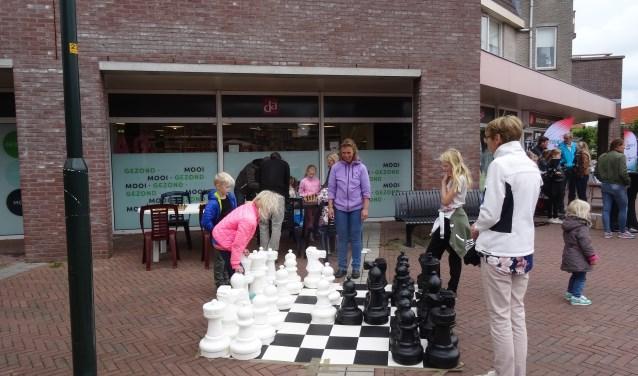 Kinderen vanaf zevenjaar zijn van harte welkom om (beter) te leren schaken.