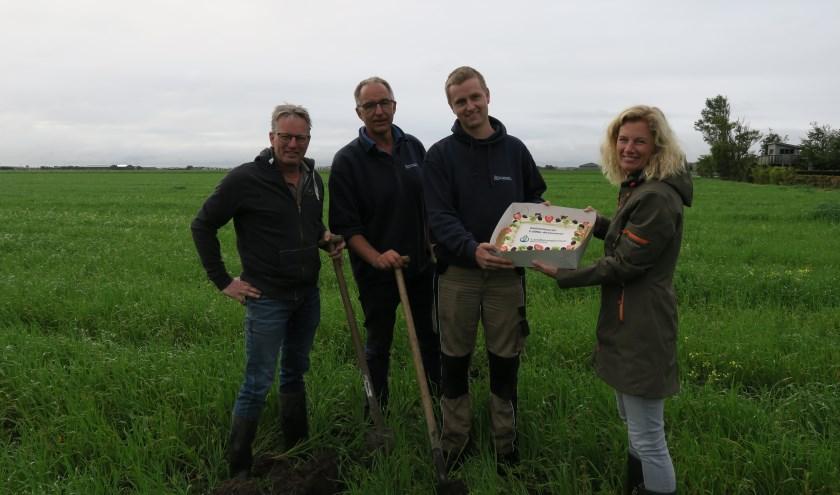 Vlnr. Bodemcoach John Huiberts, vader en zoon Brouwer en Annemarie Koelemeijer (Water, Land & Dijken).