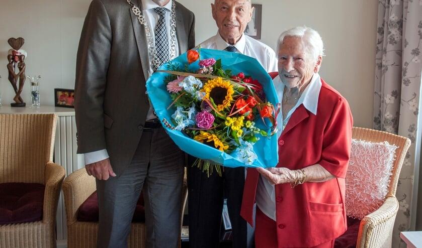 Burgemeester Bert Blase feliciteert de heer Knebel met zijn honderdste verjaardag. Rechts een trotse mevrouw Knebel.