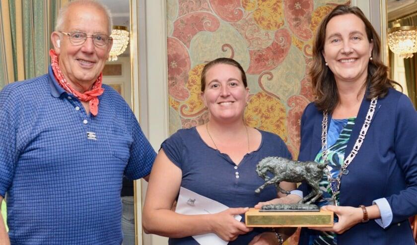 Naast Bert de Boer (eigenaar/trainer van Southwind Raptor) krijgt winnares Lindsey Pegram de wisseltrofee van de gemeente Heemskerk uitgereikt door burgemeester Mieke Baltus.