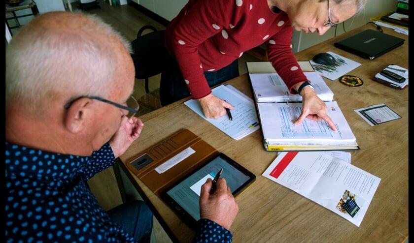 Energiecoach Herman Grajer helpt bewoonster bij het nemen van energiebesparende maatregelen.