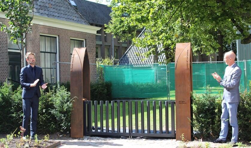 Wethouder Christian Braak en Eddo Carels openen de nieuwe inrichting van het kerkhof.