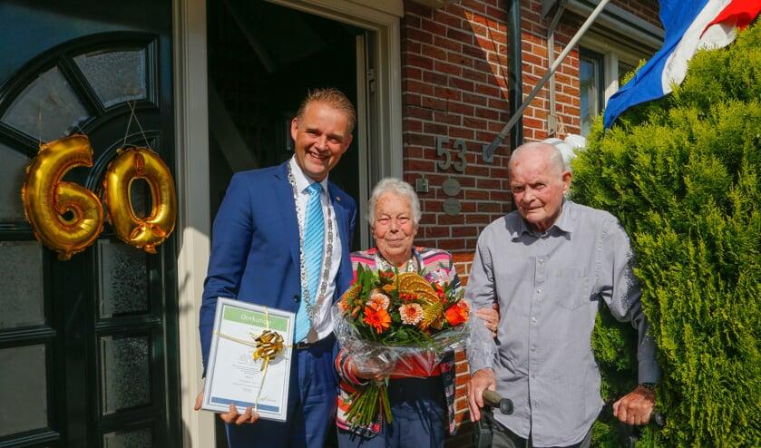 Wethouder Nederpelt feliciteert stel 'Kelder-Kelder'