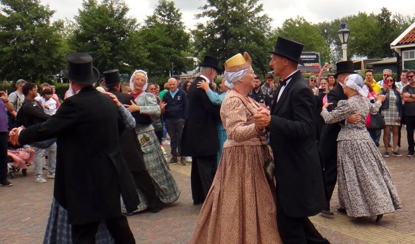 Een optreden van De Hoogwouder Dansers in de Zaanse Schans.