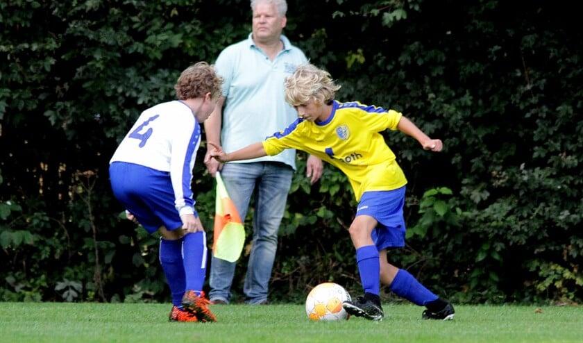 Just Bruin passeert regelmatig de verdedigers van DTS en scoort een hattrick.