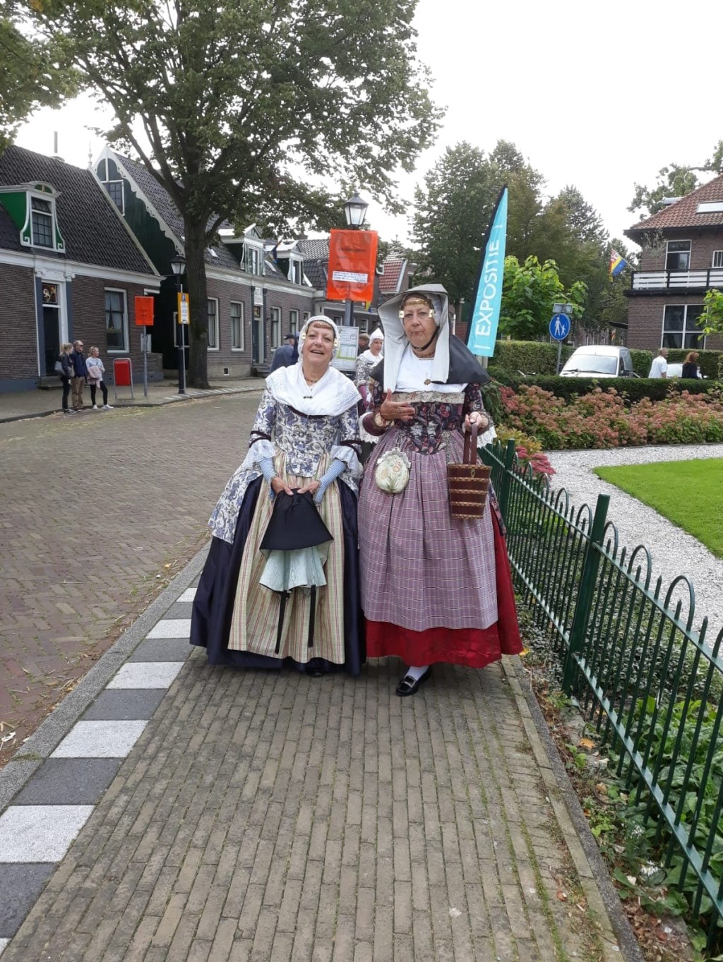 Dames in klederdracht tijdens Zaandijk 525  © rodi