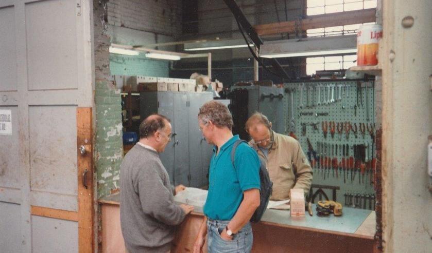Directeur jachtwerf J. Schutz (links) in bespreking over bouw jachtboot vanPaul Veerman (rechts)