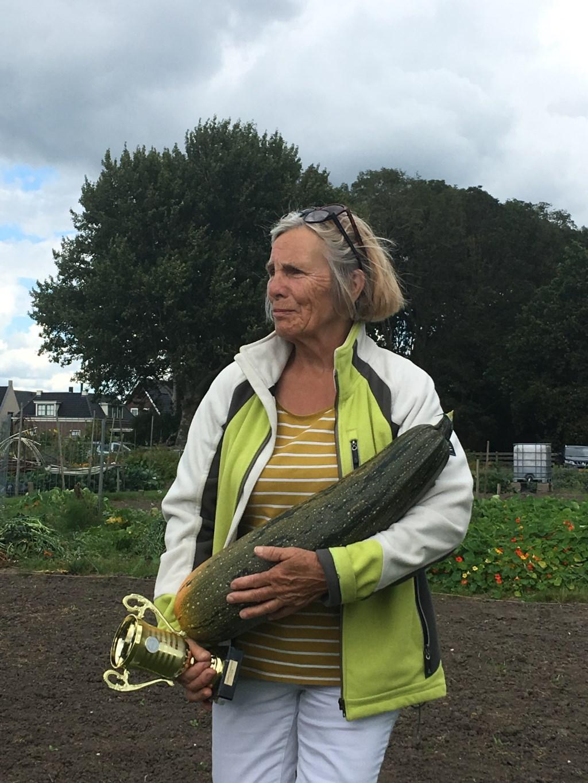 Miep Simon won de prijs van de grootste courgette.  © rodi