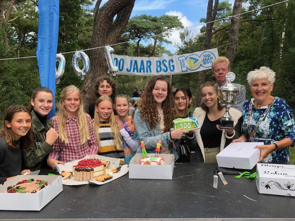 De deelnemers van Heel BSG bakt lieten hun baksels graag proeven aan burgemeester Hafkamp. Naast haar de 2 winnaars Robin Holthuizen en Maya Hendriksen.  (Foto: Ger de Haas) © rodi