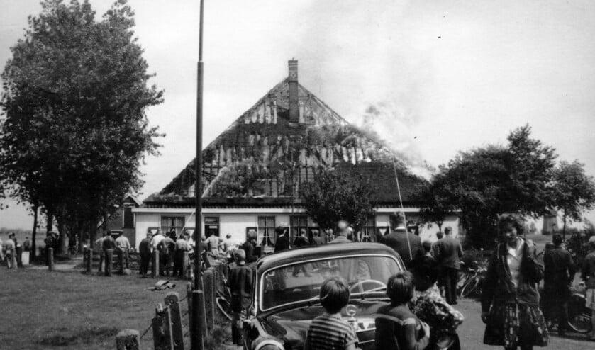 Tegenover de Munnikenweg staat boerderij De Vuijk van de fam.Vethaak in brand.