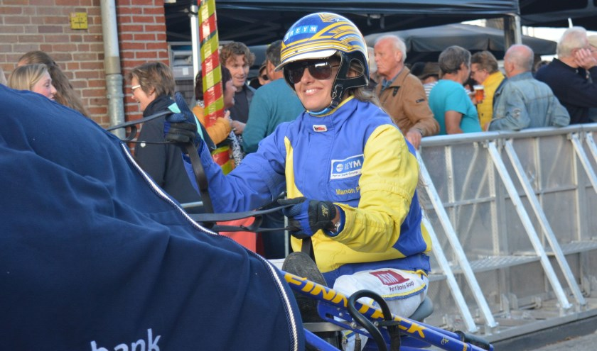 Manon Pools behaalt tijdens Harddraverij in Enkhuizen seizoenszege op de korte baan.