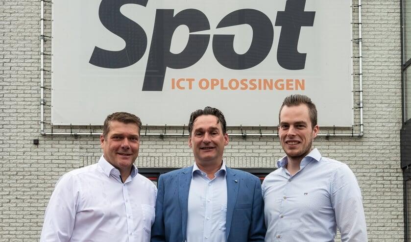 Van links naar rechts Gerard Smith, Marco Riedijk en Frank van Roekel voor het pand in de Baanstee.