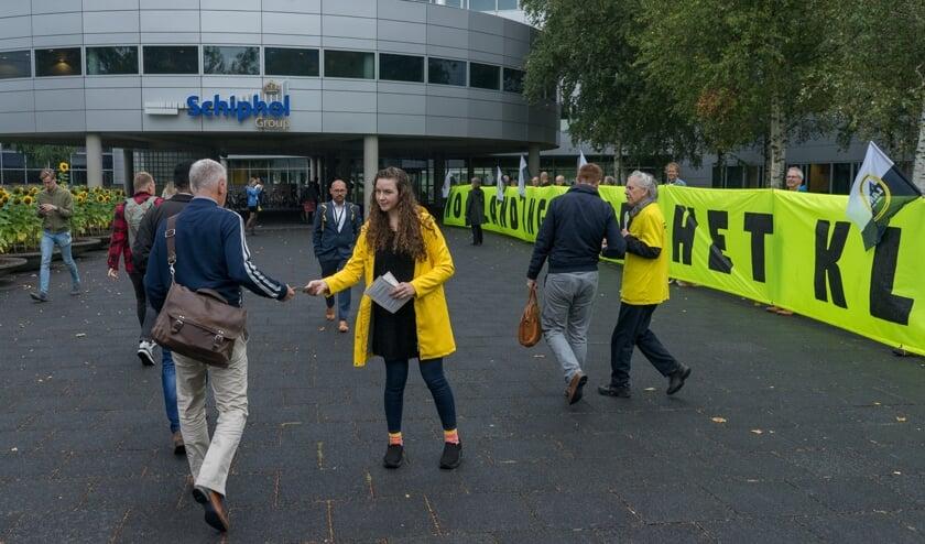 Greenpeace vraagt aandacht voor het klimaat voor de ingang van de Schiphol Group.