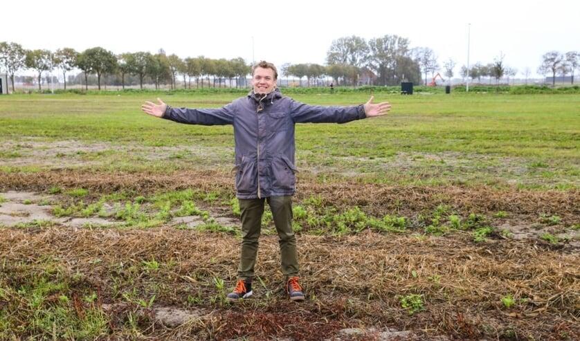 Jurjen Groenhart op de grond waar mettertijd de nieuwe vestiging komt te staan.