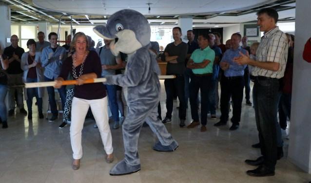 Burgemeester Astrid Nienhuis opende samen met mascotte Herbie de jubileumexpositie in het Raadhuis.