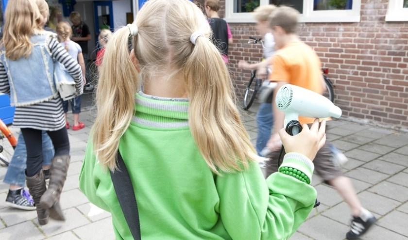 Leerlingen van De Vijzel zamelen oude elektrische apparaten in.