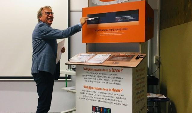 Wethouder Dirk te Grotenhuis post één  van de 'Ik wil meedoen'-formulieren en trapt zo symbolisch de campagne in Drechterland af.