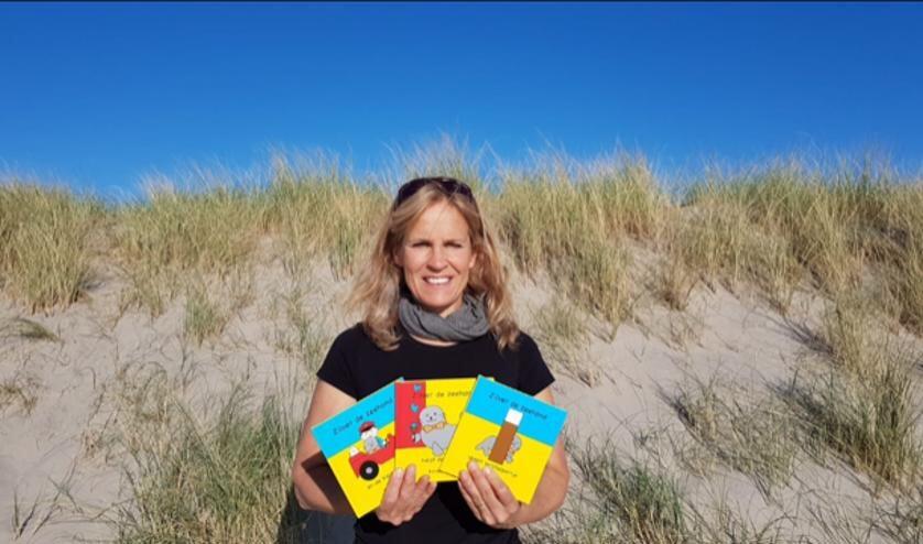 Renate Huibers met de drie nieuwe boekjes over Zilver de zeehond.