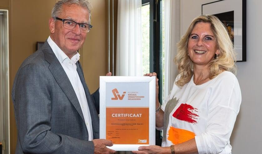 Kees Stam ontvangt het certificaat uit handen van Petra Hesseling, eigenaar van PH Quality BV.