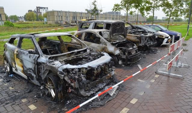 Drie voertuigen brandden geheel uit, een vierde raakte zwaar beschadigd.