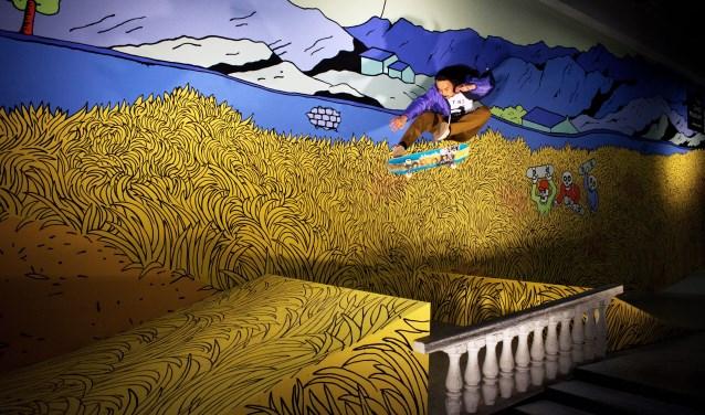 Imanuel de Jong voor de muurschildering in Skatepark NOORD, geïnspireerd op Korenveld met maaier van Vincent van Gogh.
