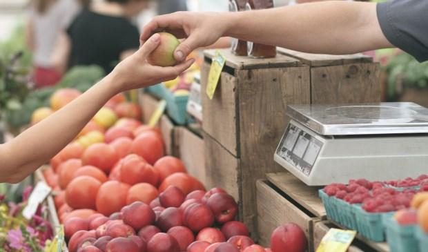 Op de sfeervolle markt worden onder meer allerhande versproducten aan de man gebracht.