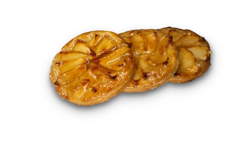De appelrakker is gemaakt van bladerdeeg, amandelspijs, gele room en verse appels en met kaneelsuiker gestrooid.